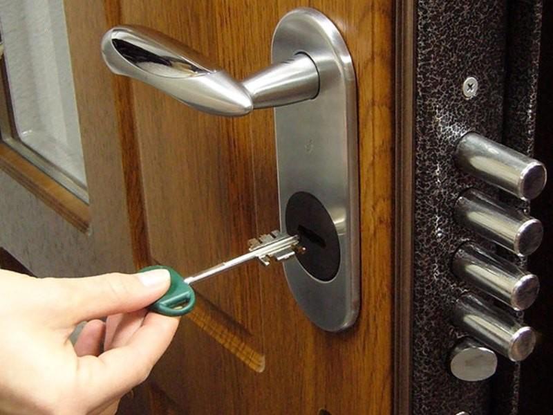 vrezka-zamkov-v-metallicheskuyu-dver
